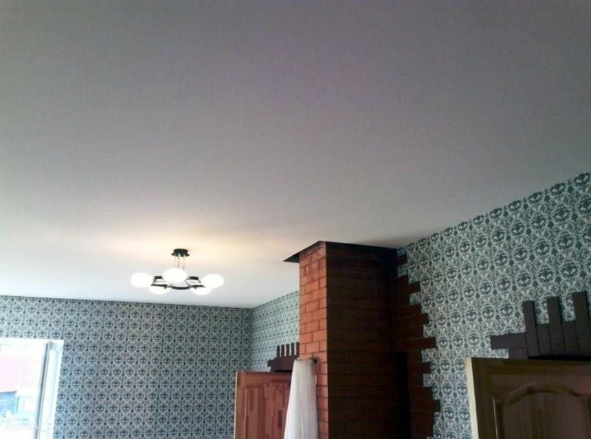 Бесщелевой натяжной потолок белый