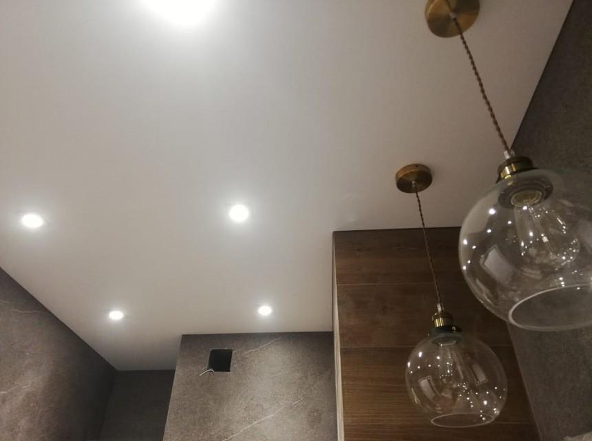 Бесщелевой натяжной потолок с подсветкой