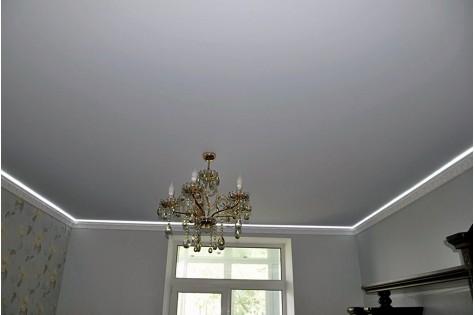 Бесшовный натяжной потолок белый