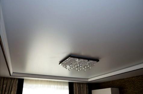 Бесшовный натяжной потолок с люстрой