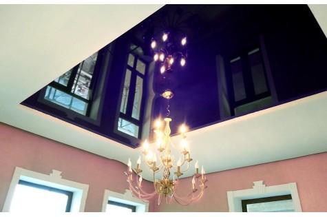 Цветной натяжной потолок фиолетовый