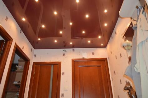 Цветной натяжной потолок коричневый