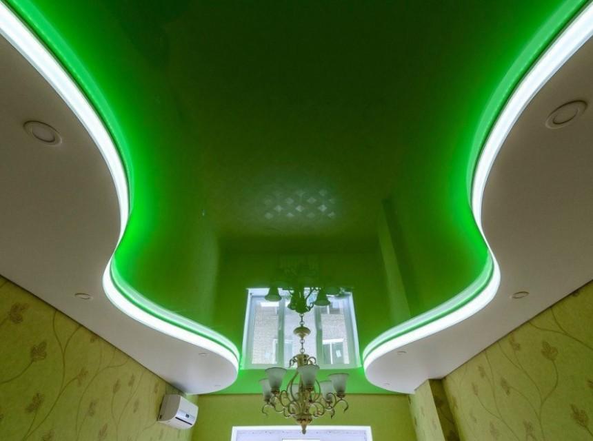 Цветной натяжной потолок зеленый