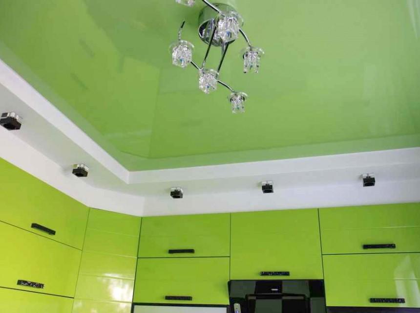 Цветной натяжной потолок на кухню