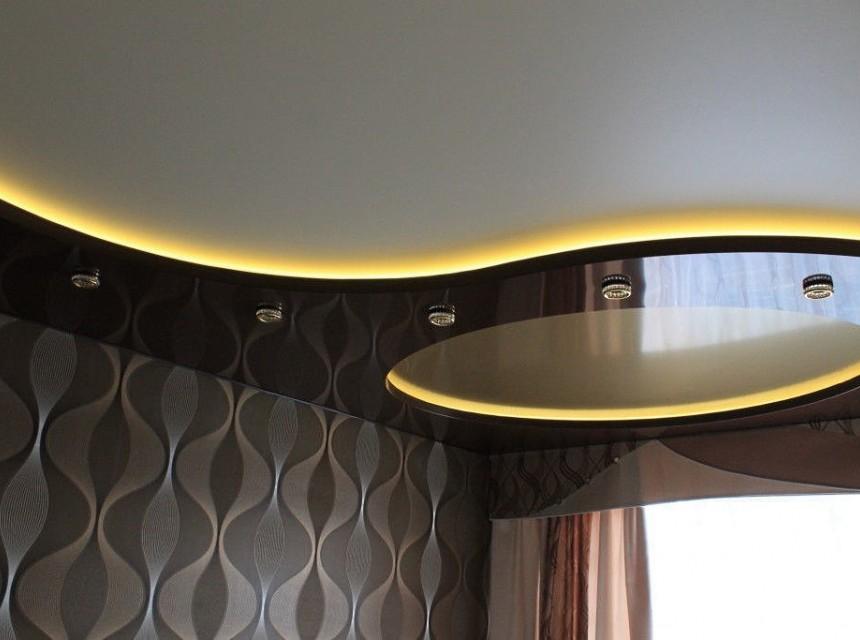 Двухуровневый натяжной потолок с кругом