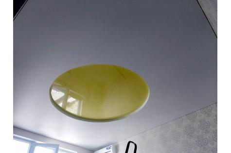 Двухуровневый натяжной потолок бело-зеленого цвета