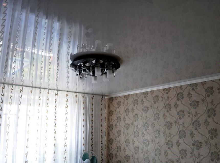 Глянцевый натяжной потолок в зал