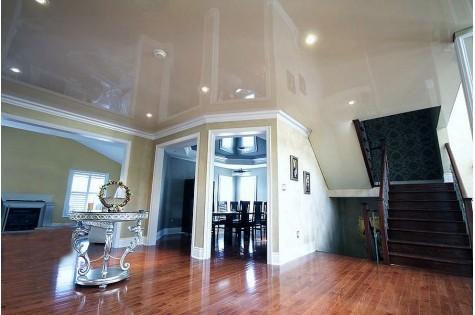 Глянцевый натяжной потолок в гостиную