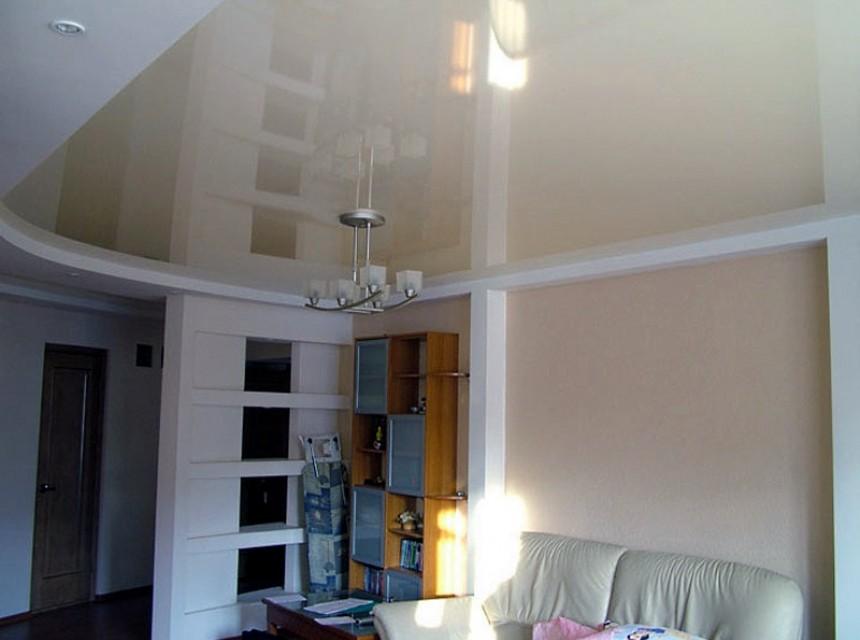 Глянцевый натяжной потолок бежевого цвета