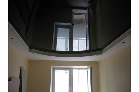 Глянцевый натяжной потолок черный