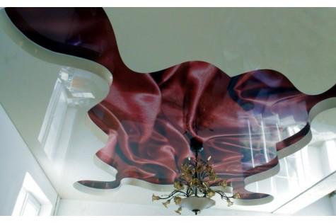 Художественный натяжной потолок красный шелк