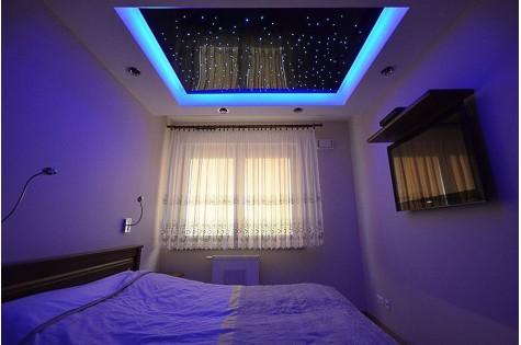 Натяжной потолок «звездное небо» с синей подсветкой
