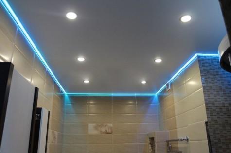 Парящий натяжной потолок в ванную