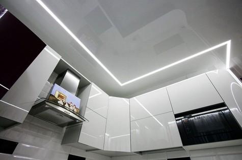 Натяжной потолок в кухню парящие линии