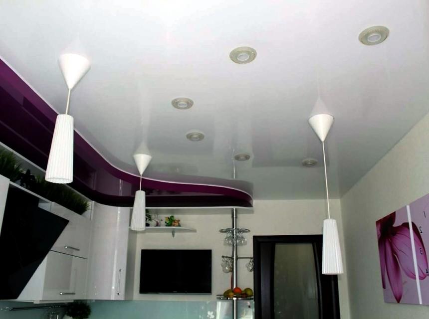 Натяжной потолок в кухню бело-фиолетовый