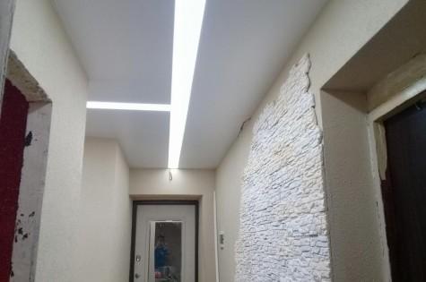 Натяжной потолок в коридор парящие линии