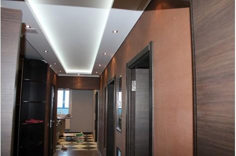 Натяжной потолок в коридор белый