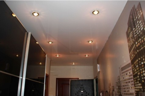 Натяжной потолок в коридор глянцевый