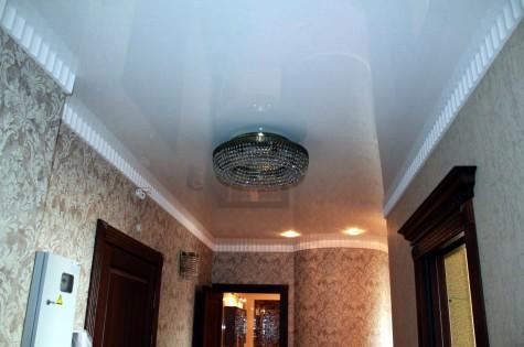 Натяжной потолок в коридор классический