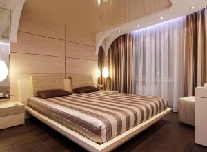 Натяжной потолок в спальню бежевый