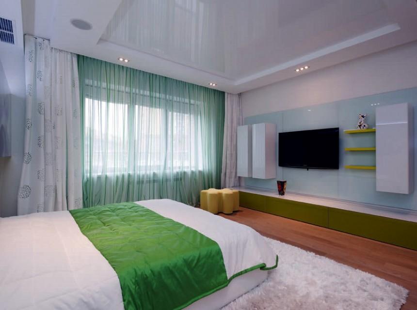 Натяжной потолок в спальню белый