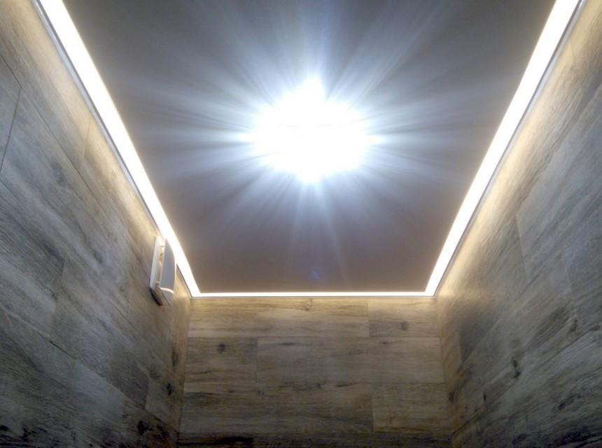Натяжной потолок в туалет с подсветкой