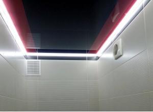 Натяжной потолок в туалет черно-красный