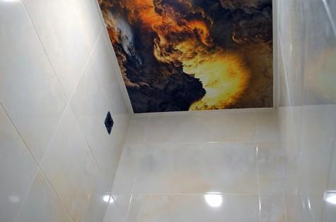 Натяжной потолок в туалет с фотопечатью