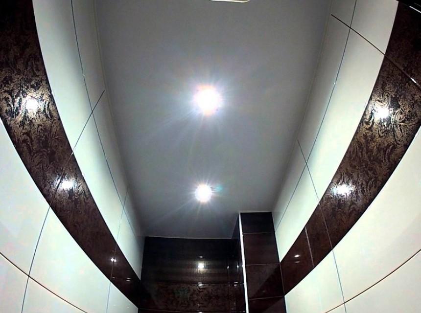 Натяжной потолок в туалет глянцевый