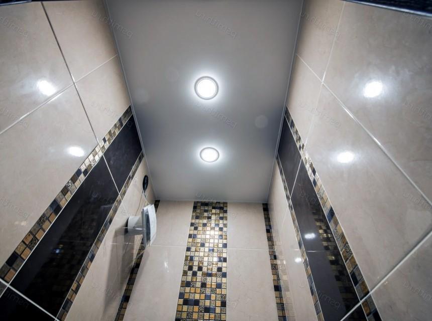 Натяжной потолок в туалет белый