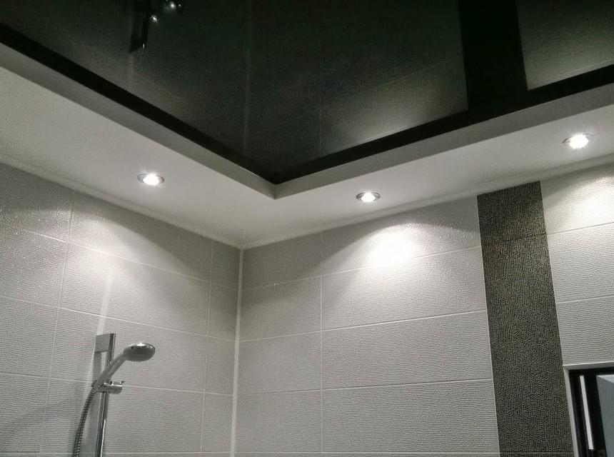 Натяжной потолок в ванную двухуровневый