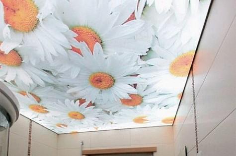 Натяжной потолок в ванную ромашки