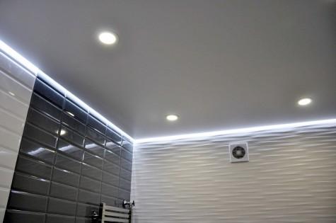 Натяжной потолок в ванную белый