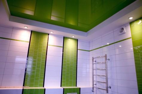 Натяжной потолок в ванную зеленый