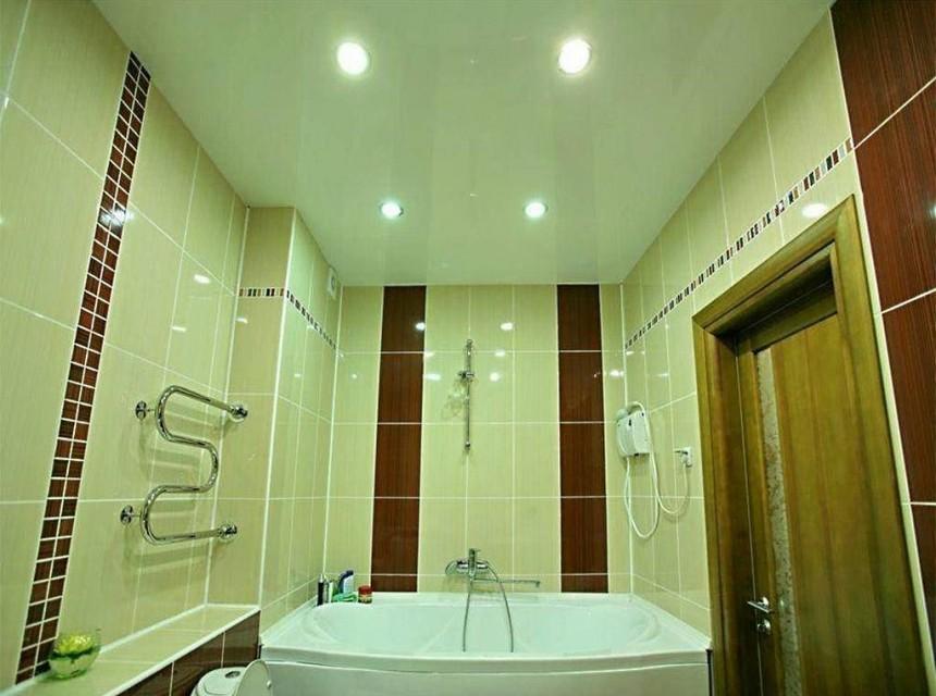 Натяжной потолок в ванную оливковый
