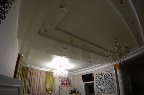 Разноуровневый натяжной потолок глянцевый