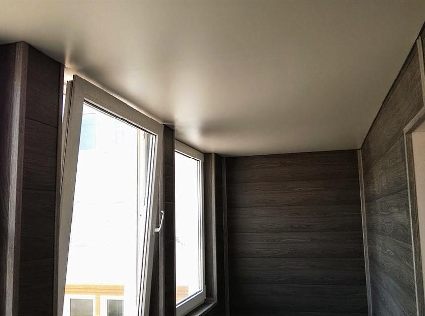 Сатиновый натяжной потолок для лоджии