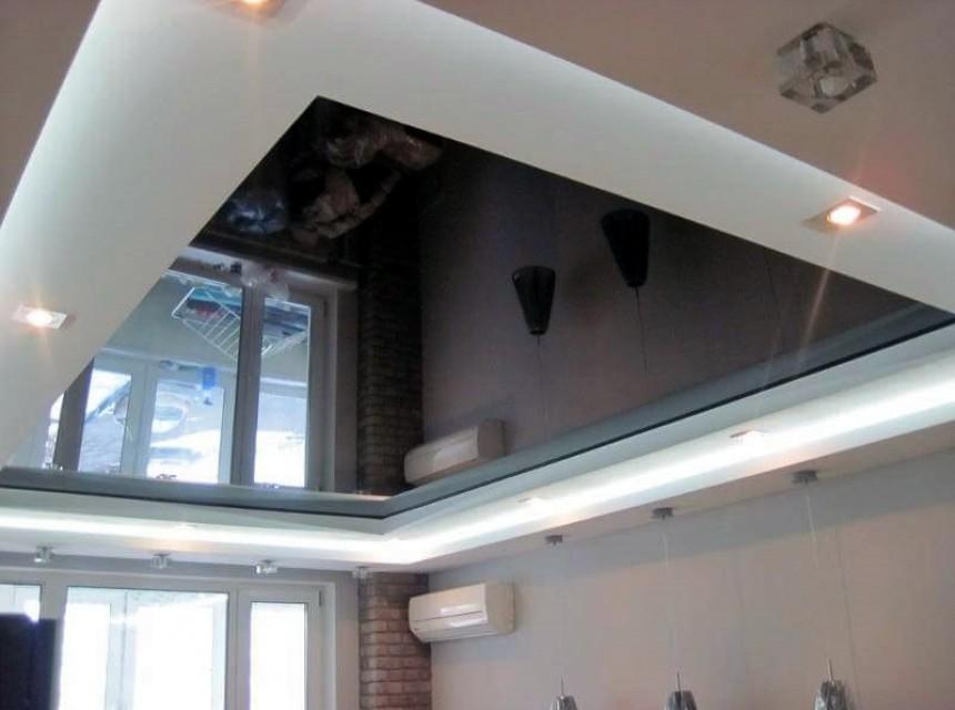 Зеркальный натяжной потолок коричневый