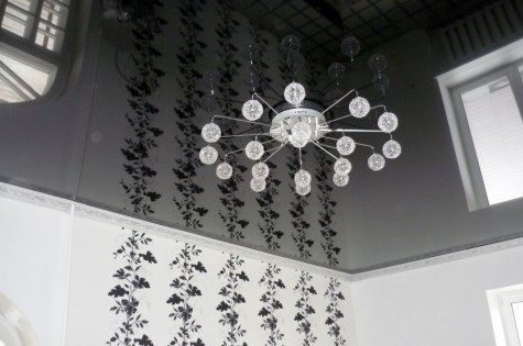 Зеркальный натяжной потолок в ванную