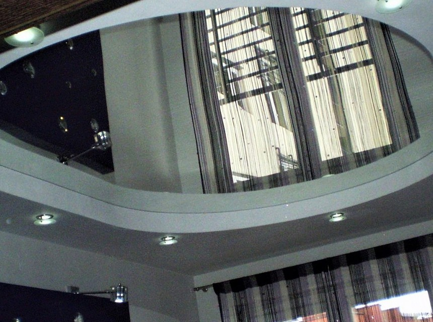 Зеркальный натяжной потолок круглый