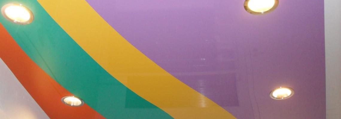 Многоцветные натяжные потолки